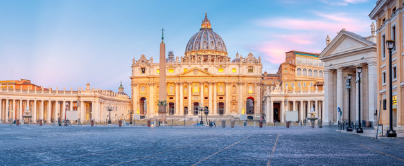 Panorama of the square and the Basilica of St. Peter in the Vatican at sunrise Fototapete