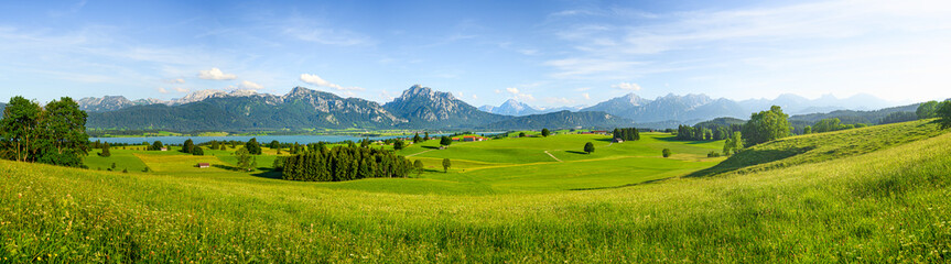 Foto op Plexiglas Blauwe hemel Panorama of rural Bavaria, Allgäu, Germany