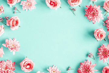 Photo sur Plexiglas Fleuriste Flowers composition. Rose flowers on blue background. Valentines day, mothers day, womens day concept. Flat lay, top view, copy space