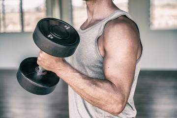 Gym fitness workout fit man training biceps muscles with free weights lifting dumbbells for arm workout. Fototapete
