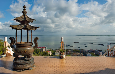 Fotobehang Bedehuis Sandakan. Malaysia. November 27, 2018. Architecture of the ti Tsang Pusa Buddhist temple with amazing views of the Pacific ocean.