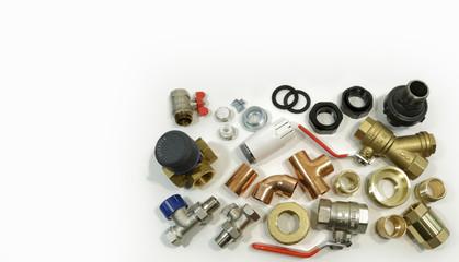 Fototapeta Części do prac hydraulicznych na białym tle, zawór, kolanka, klucz, nakrętka. obraz