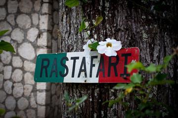 Rastafari Zeichen Schild auf dem Grundstück von Bob Marley´s im kleinen Ort Nine Mile in Jamaika