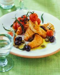 Gebratenes Hähnchenfilet mit gebratenen Tomaten und Oliven