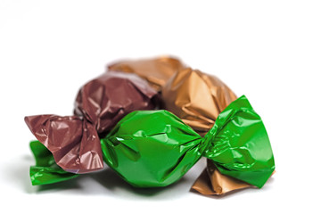 Bonbons in bunter Folie verpackt vor weißem Hintergrund