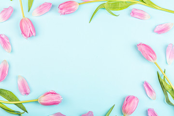 Poster Bloemen View from above tulips with copy space on blue. Background for womens day, 8 March Valentines day, 14 february. Flat lay style, top view, mockup, template, overhead. Greeting card
