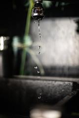 Obraz Woda kapiąca z kranu - fototapety do salonu