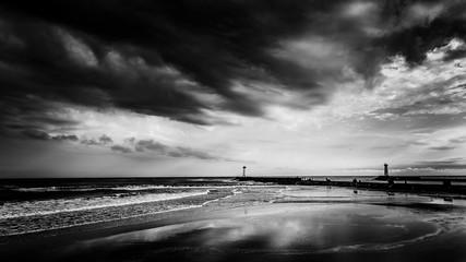 Landschaft Meer bei Sturm in schwarz weiss