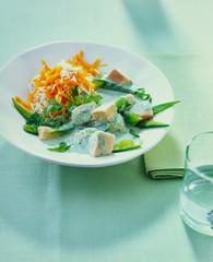 Hähnchenbrustwürfel mit Reis Möhren Salat und Kräutersauce