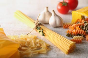 色々なパスタと調理材料のイメージ写真