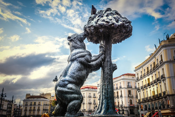 Foto auf Leinwand Madrid Bear and strawberry tree statue in Puerta del Sol in Madrid