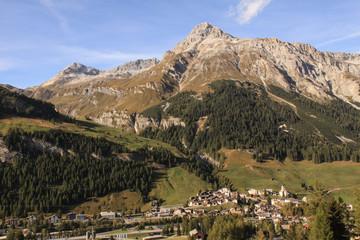 Schweizer Alpenlandschaft; Blick von Süden auf Splügen mit Teurihorn