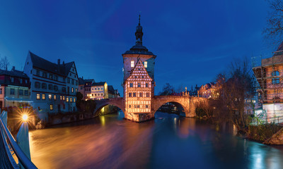 Fototapete - Panoramic view of Old town hall or Altes Rathaus with two bridges over the Regnitz river at night in Bamberg, Bavaria, Upper Franconia, Germany