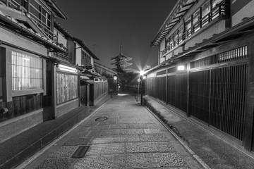 Fototapete - historical street and Yasaka pagoda in Kyoto, Japan