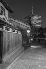 Fototapete - Old street and Yasaka pagoda in Kyoto, Japan