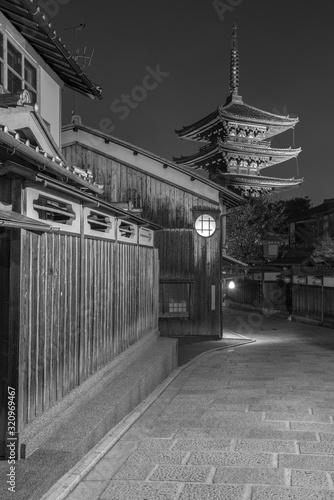 Fototapete Old street and Yasaka pagoda in Kyoto, Japan