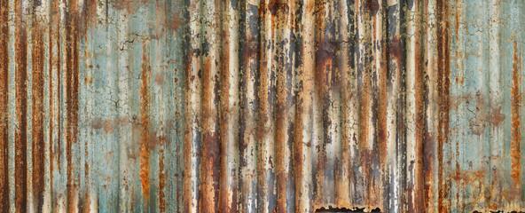 une plaque rouillée et craquelée de tôle de métal ondulée