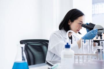 顕微鏡を眺める女性
