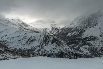 Vallée de la Romanche en hiver dans les Hautes-Alpes , village de Villar d' Arêne