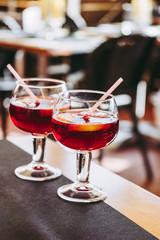 Fotobehang Cocktail Deux verres de sangria sur une table de bistro