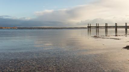 ruhiger See mit einem Steg