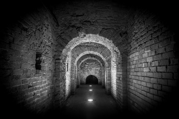 Papiers peints Tunnel Brick tunnel archway made of red bricks as a passage between the two wings of a medieval castle. Granite stone an brick built Interior corridor way to bastions