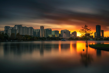 Fototapete - Colorful sunset above Lake Eola and city skyline in Orlando, Florida