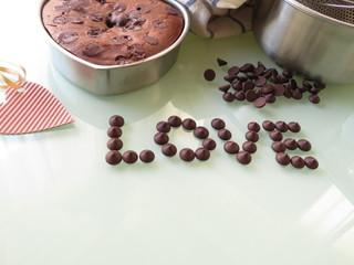手作りのチョコチップ入りチョコレートケーキとハート型のメッセージカード