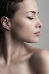 Photo sur Plexiglas Ecole de Danse natural beauty concept young woman profile face closeup studio shot