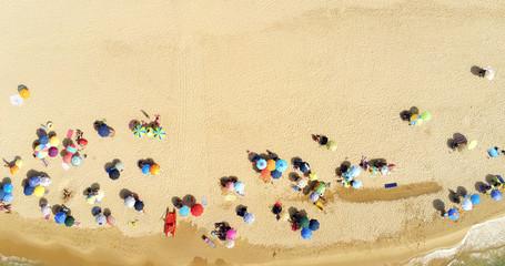 Ombrelloni e bagnanti sulla spiaggia, in Sardegna