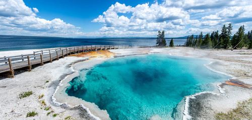 Zelfklevend Fotobehang Blauwe hemel panoramic picture of blue water hot spring (black pool) in yellowstone national park