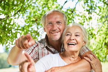 Glückliches Paar Senioren lacht zusammen