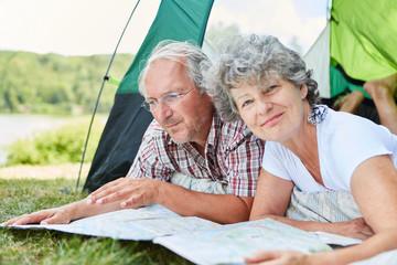Senioren Paar im Zelt plant einen Ausflug