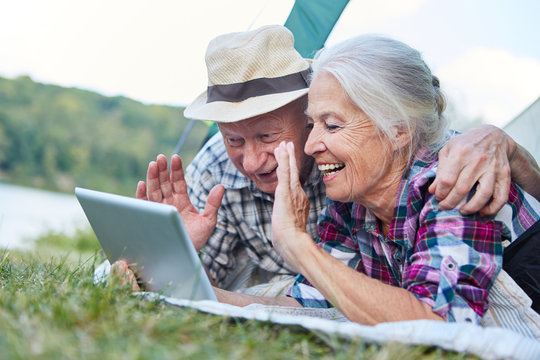 Senioren Paar im Zelt beim Videochat