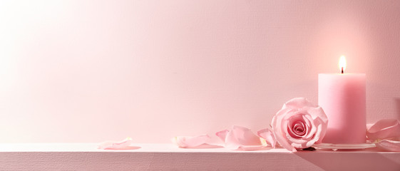 Foto auf Leinwand Roses Pink Roses and candle on a pink background