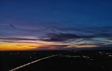 Flugsicht Sonnenuntergang Luftaufnahme, bunter Himmel