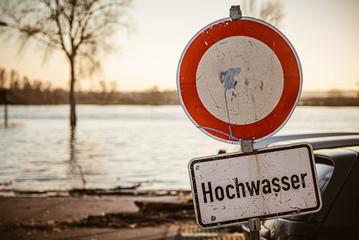 Schild Straßensperrung Hochwasser