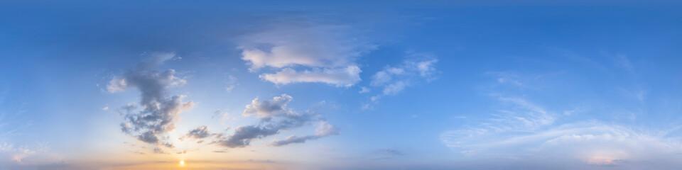 Nahtloses Panorama mit blauem Abendhimmel 360-Grad-Ansicht mit schönen Wolken, untergehender Sonne - zur Verwendung in 3D-Grafiken als Himmelskuppel oder zur Nachbearbeitung von Drohnenaufnahmen Wall mural