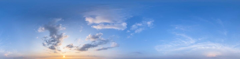 Nahtloses Panorama mit blauem Abendhimmel 360-Grad-Ansicht mit schönen Wolken, untergehender Sonne - zur Verwendung in 3D-Grafiken als Himmelskuppel oder zur Nachbearbeitung von Drohnenaufnahmen