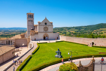 La Basilica di San Francesco ad Assisi, Umbria, Italia, in una soleggiata giornata estiva Fototapete