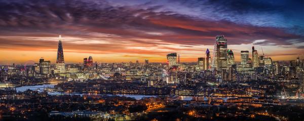 Printed roller blinds London Weites Panorama der beleuchteten Skyline von London am Abend mit den Wolkenkratzern der City und zahlreichen Touristen Attraktionen, Großbritannien