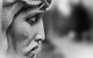 Fotomurales - An ancient statue of the crucifixion of Jesus Christ in profile