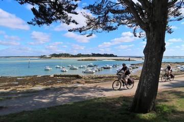 Deux cyclistes pratiquant le cyclotourisme sur une piste cyclable au bord de la mer, au Croisic en Loire-Atlantique (France)
