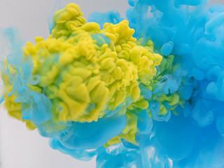 水中の絵の具 青を打ち抜く黄色②