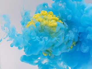 水中の絵の具 青を打ち抜く黄色①
