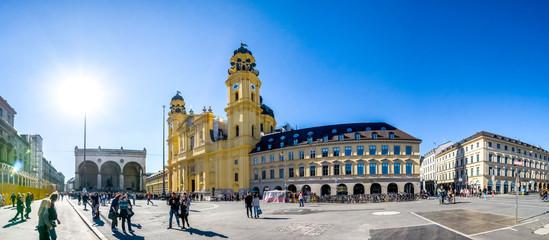 Theatinerkirche und Feldherrenhalle, Odeonsplatz, München, Deutschland  Fototapete