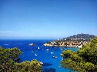 Fotorolgordijn Kust Shot of sunny weather in the coast near Ibiza full of boats