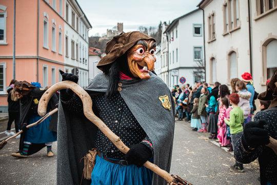 Schlosshexe aus Buchholz - Lustige Hexe mit großen Augen und langer Nase schaut ins Publikum. Bei Fastnachtumzug in Waldkirch Süd Deutschland.