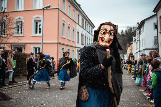 Schlosshexe aus Buchholz - Lustige Hexe in schwarz, blauem Gewand und mit schöner Kopfbedeckung. Bei Fastnachtumzug in Waldkirch Süd Deutschland.