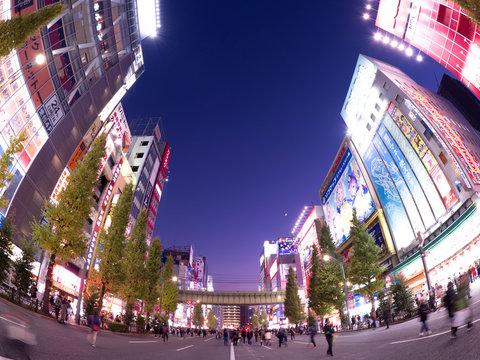 夕暮れの秋葉原電気街。2019年12月、東京都千代田区で撮影。
